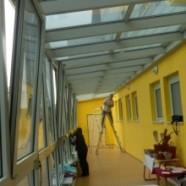 Hodnik šole opremljen s termorefleksno folijo
